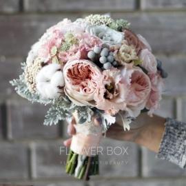 Классический свадебный букет в нежной цветовой гамме