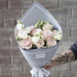 Нежный букет Из роз и лизиантуса