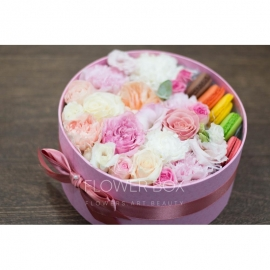 Фирменная цветочная коробка с макаронс