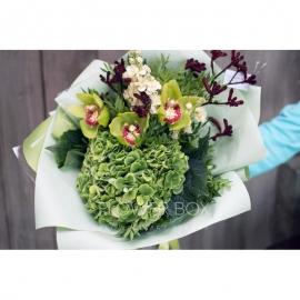 Необычный букет зеленого оттенка с орхидеей