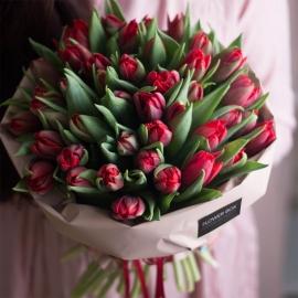 Охапка красных тюльпанов в крафт бумаге